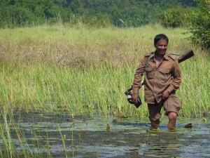 Beväpnad vakt - tigerskydd. På marsch genom vattendrag. Inte särskilt mkt ekoturism över det, men jag fick mig en god tankeställare.