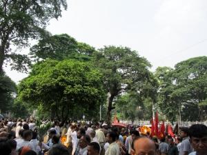 Nijera Kori liksom många andra åkte idag till Shaheed Minar för att lämna blommor och hedra Basha Matins minne vid hans kista innan begravningen.