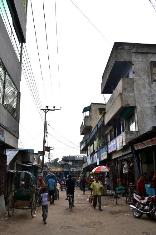 På morgonpromenad genom Kumarkhali, en grå men sval morgon. Inte en kvinna i sikte, som vanligt...