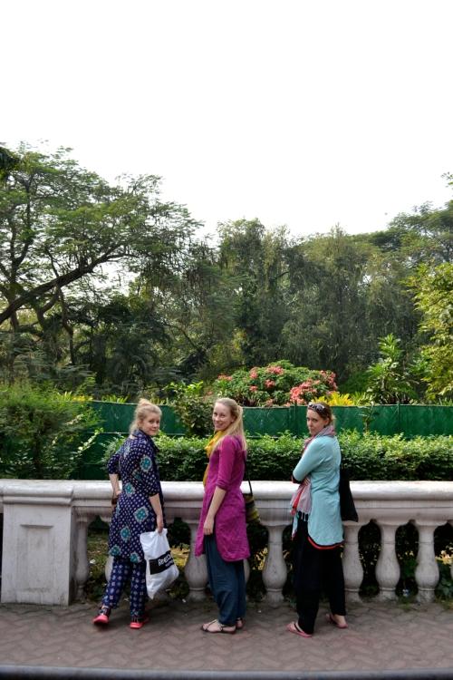 Vi missade vårt anslutande tåg i Kolkata pga. att biljettbokningen hade gjorts för sent av Svalorna. Det gjorde dock inte så mycket för det betydde att vi fick en dag att turista i denna vackra stad innan nästa tåg gick. Sådan otrolig skillnad från Dhaka. Massa nice gatumat, breda boulevarder och grönområden!