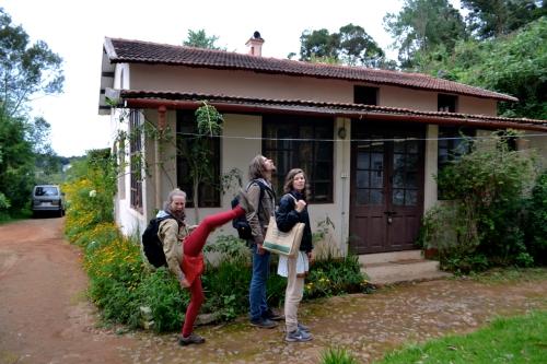 Här bor Henrik och Ida (till vänster på bilden). Ida är en väldigt akrobatisk person.