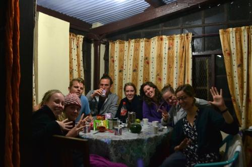 Nästan hela praktikantgänget fångat på bild, bara Emilia och Michaela som saknas som var tvungna att åka tillbaka till Madurai tidigare än oss andra. Från vänster: Isabelle och Emma (Bangladesh), Johan (som håller till i norra Indien), Henrik, Sanna, Isabelle (som gör praktik med Johan), Ida och så jag.