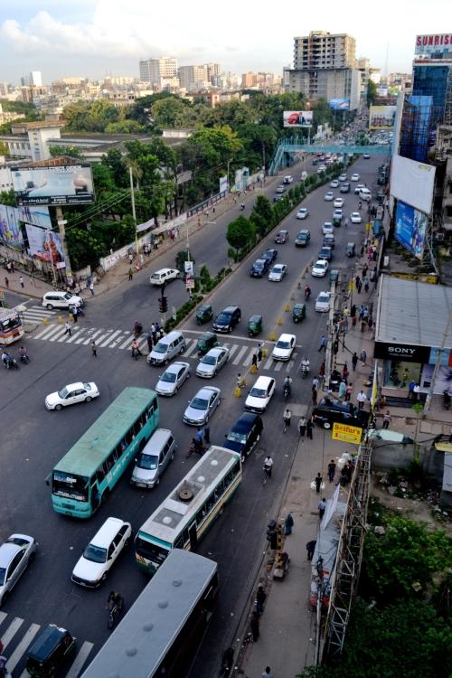 Dhakas trafik inskränker människors liv på flera sätt. Inte bara producerar den hälsovidriga avgaser utan den gör också att folk blir extremt isolerade  i sina hem då ingen pallar ta sig ut när det tar så lång tid att ta sig överallt...